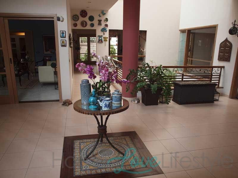 Spacious and elegant foyer
